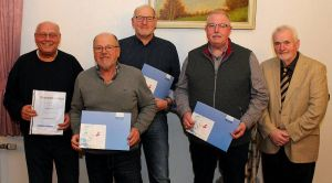 Die Geehrten (von links): Günter Kleist, Lothar Hüser, Karl-Heinz Wolter und Ralf Reyer mit Bernd Gellert vom Kreissportbund.