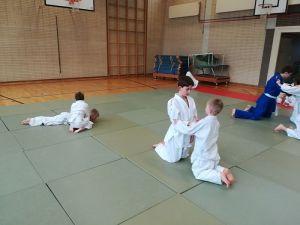 Beim Judo kämpfen auch Groß (Mika) gegen Klein (Lukas) und haben Spaß