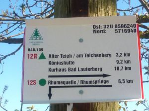 Die neuen Schilder enthalten jetzt exakte Entfernungsangaben und – oben rechts – die Koordinaten des jeweiligen Standortes.