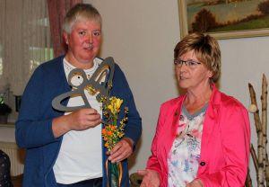Edeltraud Sindram (rechts) verabschiedet Ulrike Schridde als 2. stellvertretende Vorsitzende.