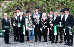 Die amtierenden Majestäten (Mitte von links) Katharina Strauß, Mario und Anja Damm sowie Peter Münch mit den Schützenmeistern und Leutnant Corina Sander (links) und Hauptmann Maik Schröder (rechts).