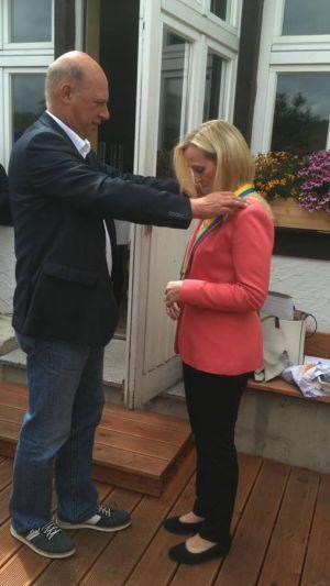Hinrich Bangemann übergibt die Amtskette an die neue Präsidentin Astrid Laue-Savic.