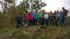 Wandergruppe auf den Resten der Trageburg