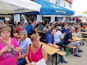 Volles Haus, wie jedes Jahr beim Hoffest der Feuerwehr Herzberg. Bier, Bratwurst und Blasmusik ziehen immer.
