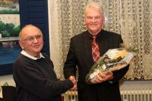 Rainer Friedrich (links) bedankte sich beim langjährigen Chorleiter Richard Koscielny.