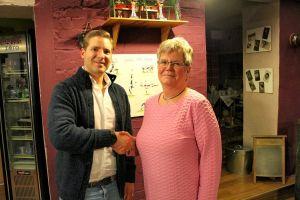 Monika Winter bedankt sich bei Dr. Jonas Wedler.