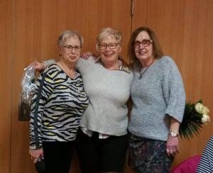 Bärbel Weisemann (links) und Ina Lobenstein (rechts) bedanken sich bei Annette Yavuz. (Foto: Gabriela Jankowski)