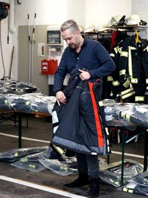 Ein Mitarbeiter der Firma Texport erläuterte die Funktionen und gab Hinweise für die Überprüfung der Schutzkleidung.
