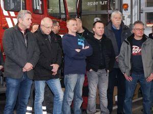 Bürgermeister Lutz Peters (l.) mit Feuerwehrmitgliedern und Herbert Hoeft, Vorsitzender des Feuerwehr- und Verkehrsausschusses (2.v.r.).