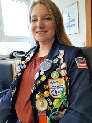 Dakota präsentiert stolz ihre Jacke mit den vielen Erinnerungsstücken an ihren Europa- und Deutschlandaufenthalt. (Foto: Peter Bischof)