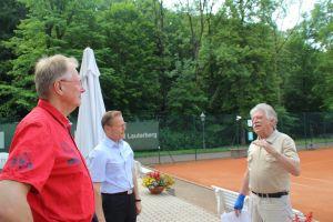 Der 1. Vorsitzende Gero Fröhlich (re.) erklärt Kommunalmanager Frank Uhlenhaut (Mitte) und Bürgermeister Dr. Thomas Gans das Prinzip der Anlage