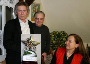 Einen Ehrenpokal für seine Vereinsarbeit erhielt Schatzmeister Ekkehard Rögener