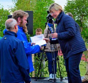 Die niedersächsische Kultusministerin Frauke Heiligenstadt übergibt die Urkunde an Dirigent Matthias Müller.