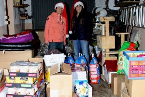 Die Arbeit ist getan: Marion Pierschel (links) und Janet Masurat inmitten der Spenden, die nun fast eine ganze Garage füllen.