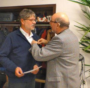 Der stellvertretende Präsident des Hauptverbandes Peter Sieckel verleiht Andreas Sandau die bronzene Ehrennadel.
