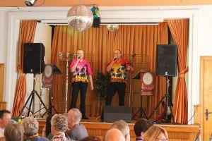 """ie """"Amigos"""" waren auch eingeladen und hier machen Olaf Brennecke und Werner Tappert den Vorschlag """"Komm tanz' mit mir""""."""