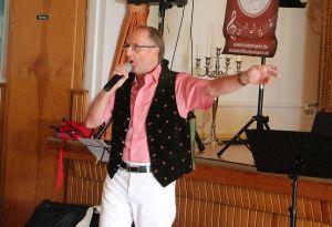 """Werner ist der Rosenkavalier im ¾-tel Takt und singt """"Rot sind die Rosen""""."""