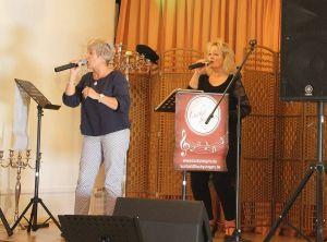 """Wer erinnert sich nicht gern an """"Pussycat"""". Jeanette Hofmann singt den Titel """"Smile"""" und wird dabei von Kerstin Klauenberg unterstützt."""