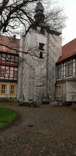 Endlich geht es im Schloss weiter. Der Uhrenturm wird sicherlich nach der Sanierung wieder der Blickfang des Schlosshofes sein.