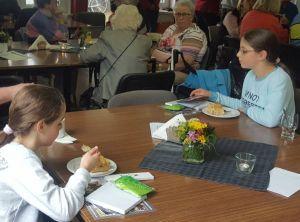 Die beiden jüngsten Teilnehmerinnen freuen sich über ihre Preise und lassen sich den Kuchen schmecken
