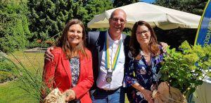 Blumen für die Ehefrauen von Präsident und Sekretär (von links): Conni Mangold, Hinrich Bangemann und Kirsten Körner.