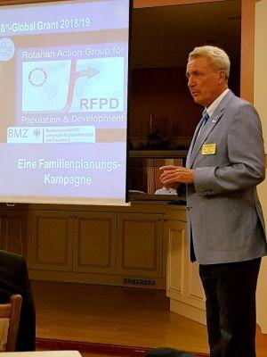 Bei manchen Projekten arbeitet Rotary auch mit dem Bundesentwicklungsministerium zusammen. Governor Udo Noack bei seinem Vortrag. (Foto: Peter Bischof)
