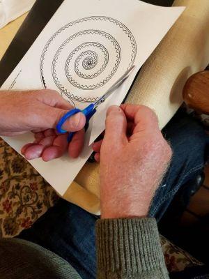 Für Rechtshänder ist das Ausschneiden mit der Schere kein Problem, für Linkshänder kann es schwierig werden.