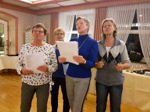 Vier Damen des Gästeclubs ermunterten die Teilnehmer des ersten Treffens im Hotel Englischer Hof zum gemeinsamen Singen.