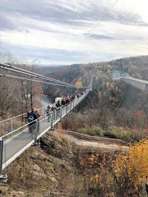Die Mitglieder der beiden Clubs auf der 483 Meter langen Fußgängerhängebrücke bei Thale im Harz. (Fotos: Rotary Club Bad Lauterberg-Südharz)