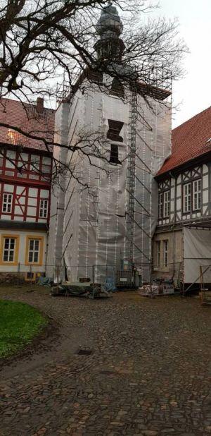Noch ist der Uhrenturm verhüllt. Nach der Sanierung wird er wieder der Blickfang im Schlosshof sein.