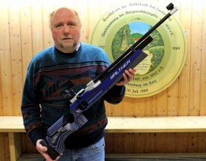 …und präsentiert das neue Gewehr.