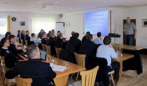 Jochen Köpfer von der Feuerwehr-Unfallkasse Niedersachen informierte über Aktuelles und Änderungen und stand den Teilnehmern für Fragen zur Verfügung.