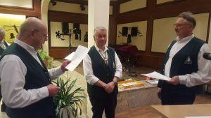 Vorsitzender H.-G. Trüter nimmt die Ehrenmitgliedschaftsurkunde aus den Händen von Klaus Wiedemann und Peter Laumann in Empfang