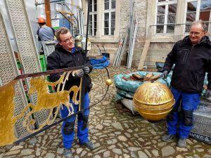 Gerhard Damm (rechts) und Andreas Lochmann, Mitarbeiter der Werkstätten für Denkmalpflege Quedlinburg, holten die Wetterfahne und die vergoldete Kugel vom Dach des Schlossturms.