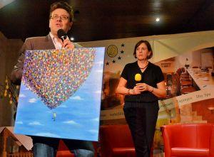"""Malerin Christina Gunkel brachte Kunst für das geplante """"Haus mit Herz"""" in Barbis mit."""