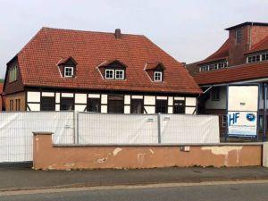 """Bereits abgesperrt. Blick von der Dorfstraße auf die alte Wistoba. """"Hier in der Dorfmitte soll etwas Schönes und Neues entstehen, um Barbis attraktiver zu machen"""", sind sich Thorsten und Arndt Stollberg einig."""