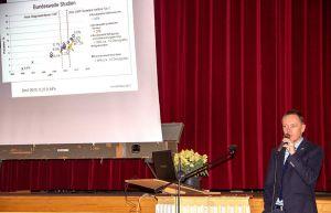 Chefarzt Dr. Thomas Werner bei seinem Vortrag.