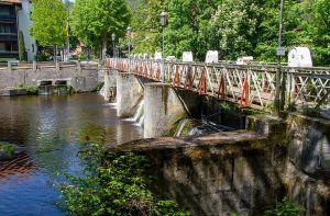 2017 wurde die Brücke provisorisch saniert: Die roten Metallklammern verbinden seitdem Untergurt und beide Geländer miteinander.
