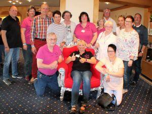 Daumen hoch: Die Selbsthilfegruppe Fibromyalgie Goslar um Carmen Redel (sitzend) freut sich über Zinrams Engagement.
