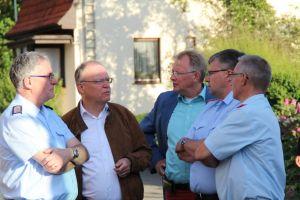 Weil im Gespräch mit Feuerwehrpräsident Karl-Heinz Banse, dem Bürgermeister, Ortsbrandmeister Bernd Wiedemann und Stadtbrandmeister Klaus-Dieter Schröder