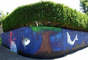 Ein gemalter Baum, der mit der wirklichen Umgebung verschmilzt, und ein Nachthimmel mit Mondfisch.
