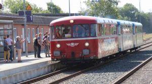 Auch eine echte Schau:  der historische Schienenbus...
