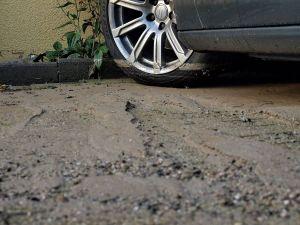 Am Reifen dieses Autos lässt sich ablesen, wie hoch das Wasser auf dem Parkplatz stand.