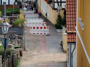 """...im unteren Bereich haben die Bauarbeiter """"sichere Wege"""" für Fußgänger abgesteckt."""