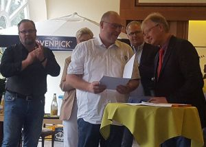 Karsten Spielvogel erhält die Ehrenamtspreis-Urkunde von Bürgermeister Dr. Thomas Gans