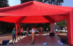 Fitness bei über 30 Grad - gut, dass das Zelt Schatten spendet