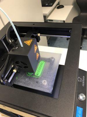 Am 3D-Drucker wurden Teile für luftballongetriebene Modellautos gefertigt - oder auch Schlüsselanhänger