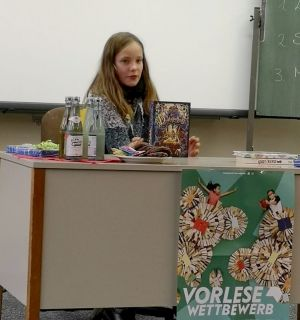 """Schulsiegerin wurde Johanna Böhlendorf mit dem Buch """"Die Duftapotheke""""..."""