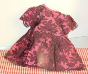 Auch dieses Puppenkleid dürfte die Blicke der Besucher auf sich ziehen.