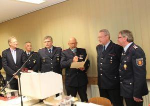 Für vierzig Jahre Dienst in der Feuerwehr wurden Bernd Tölle (2.von re.) und Klaus Wagner (re.) geehrt